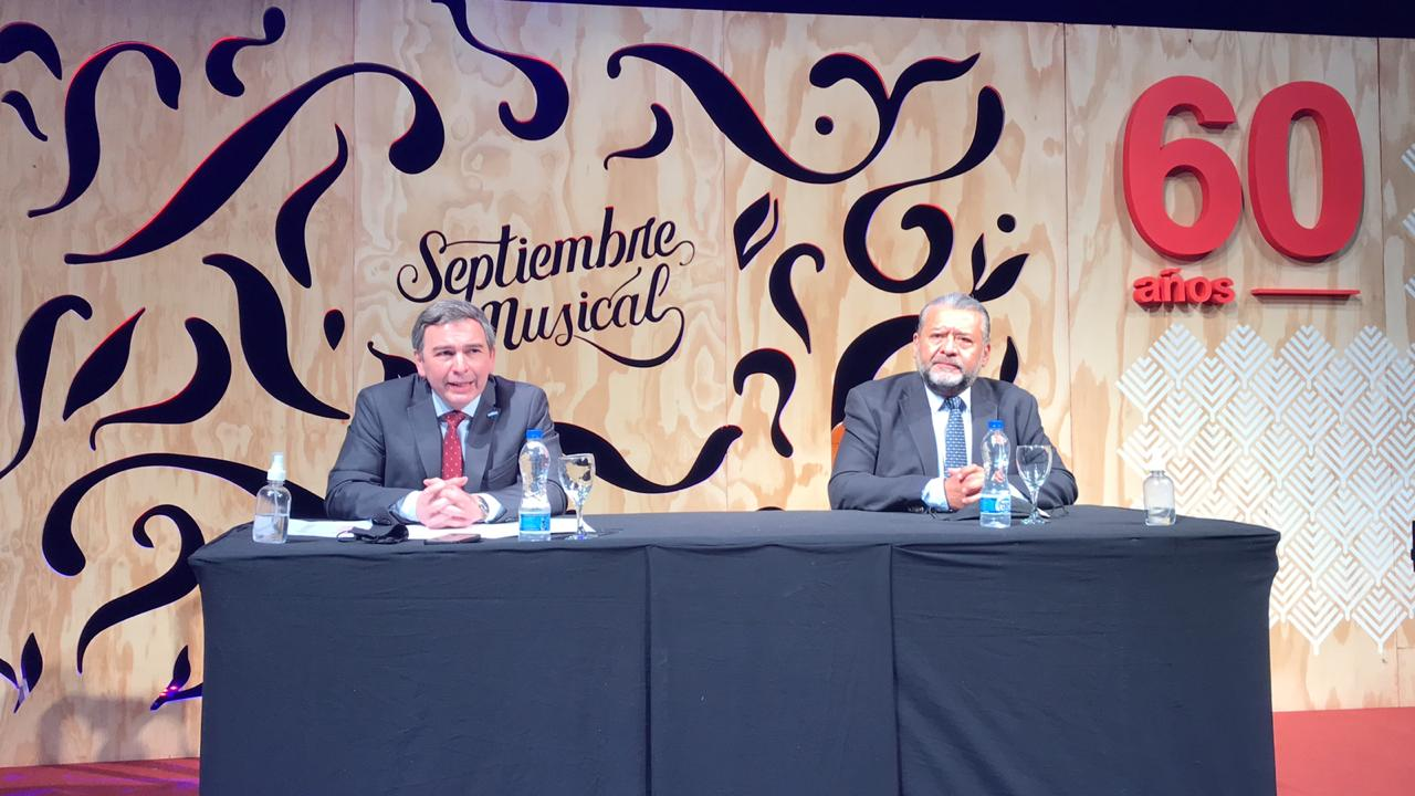 Imagen de la mesa de conferencia donde habla el presidente del Ente cultural de Tucumán